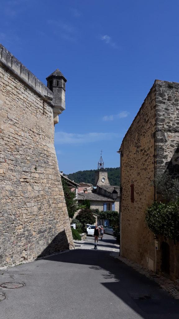 Ansouis, rempart du château et beffroi